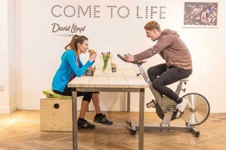 Лондонське кафе запропонувало розплачуватися за їжу присіданнями