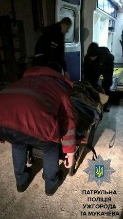 Зарадили безпорадній: Патрульні допомогли літній жінці,яка не могла рухатись потрапити до лікарні (ФОТО)