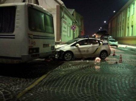Мукачівські патрульні поліцейські «в'їхали» в автобус (ФОТО)