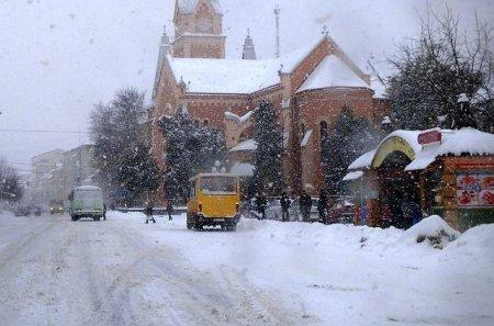 У Мукачеві катастрофічно не справляються зі снігом