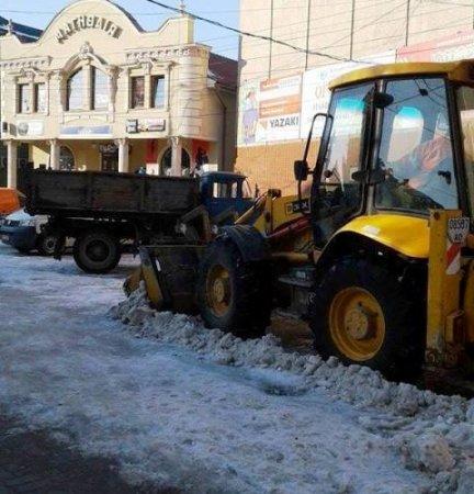 Центральну площу Берегова очистили від снігу (фото)