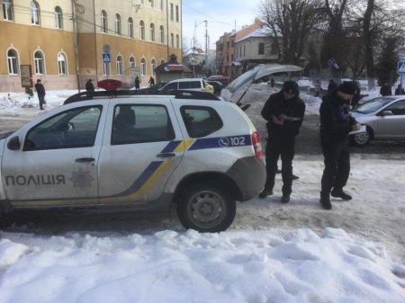 У Мукачеві поліцейські паркуються на пішохідних переходах (фото)