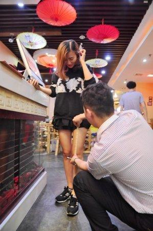 У китайському ресторані роблять знижки дівчатам у коротких спідницях (ФОТО)