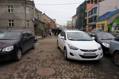 Герой парковки віджав тротуар в ужгородців (ФОТО)