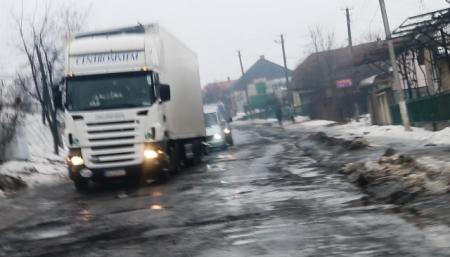 Закарпатські автомобільні дороги після зими в катастрофічному стані (відео)