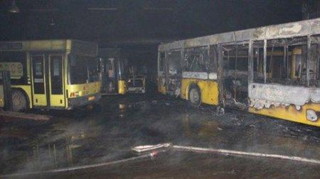 Масштабна пожежа знищила 6 автобусів у Києві