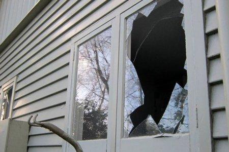 На Закарпатті суді невідомі побили всі вікна на хаті (фото)