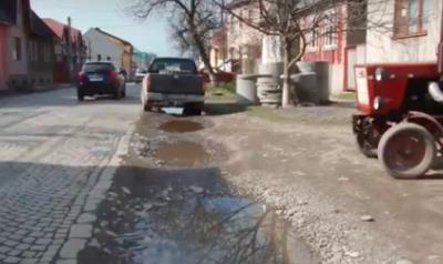 У Тячеві скаржаться на підтоплення вулиць і будинків під час зливи (ВІДЕО)