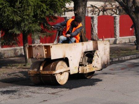 В Ужгороді ліквідовують глибокі вибоїни (ФОТО)