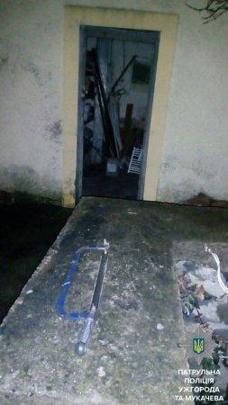 У Мукачеві патрульні затримали чоловіка, який намагався проникнути в житло