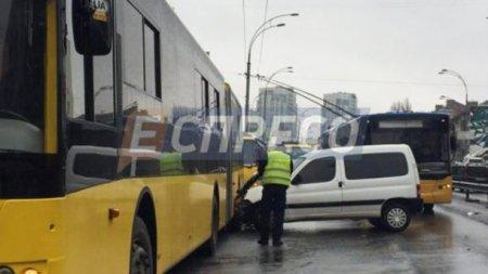 У Києві авто протаранило маршрутку та тролейбус