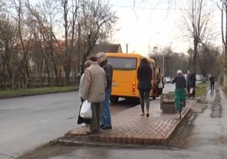 В Ужгороді автобусна зупинка без зупинки (Відео)