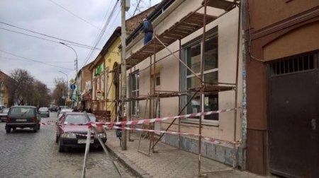 В Мукачеві місцевого оштрафують за самовільне перекриття тротуару