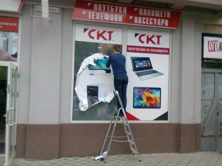 Прибирання перед великодніми святами: комунальники познімали рекламні оголошення (ФОТО)