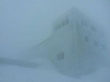 Фотофакт: Карпати засипало двометровим шаром снігу