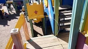 У Мукачеві на ігровому майданчику травмувалася маленька дитина (ВІДЕО)