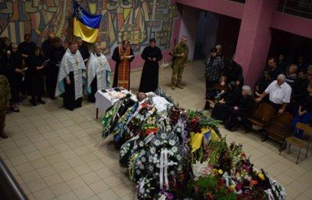 Сотні ,берегівців прийшли попрощатись із загиблим у зоні АТО бійцем (ФОТО)