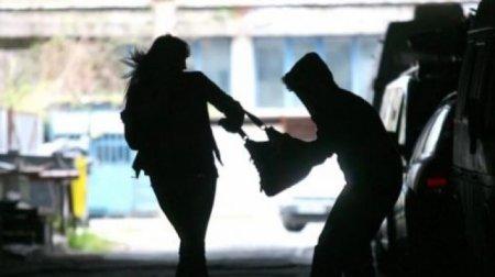 Невідомий грабіжник одягнений в чорне напав та пограбував жительку Сваляви