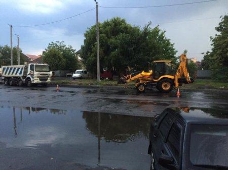 На Закарпатті дорожні служби асфальтують дороги тільки в дощ (фото)