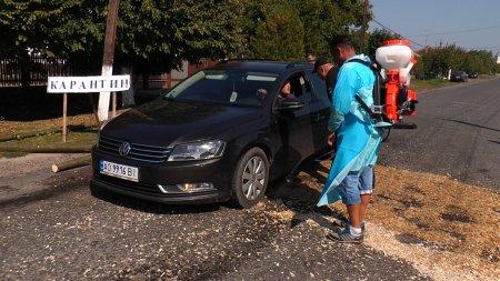 На Мукачівщині від спалаху небезпечної інфекції обприскують колеса автомобілів (відео)