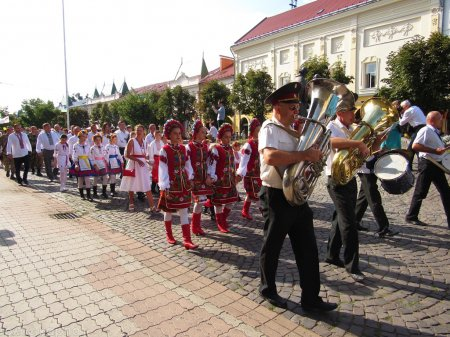 У Мукачеві відбувся грандіозний парад вишиванок (фото)
