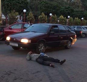 В Ужгороді п'яний чоловік кинувся під колеса автомобіля (відео)