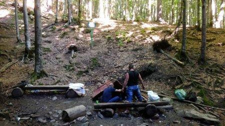 На Закарпатті з мінерального джерела зробили смітник (фото)