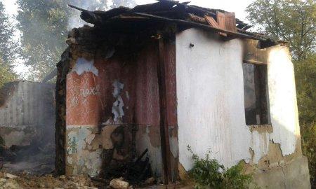9 рятувальників гасили пожежу в надвірній споруді та врятувати чоловіка не вдалося (ФОТО)