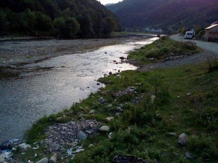 Закарпатець запропонував сміття зносити не в річку, а до сільської ради, де проблема зі сміттям (фото)