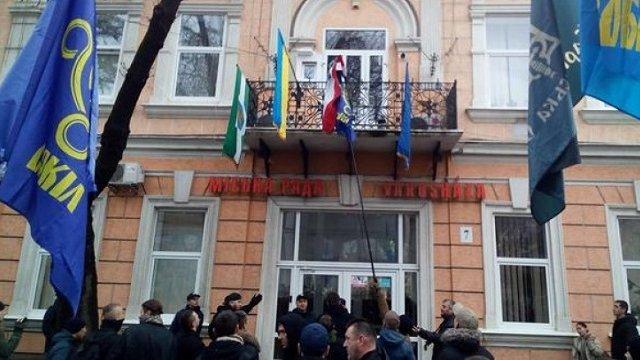 Поліція відкрила провадження зазрив угорського прапора з міськради Берегова