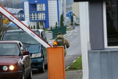 Прикордонники зупинили на українсько-словацькому кордоні двох молдован з підробленими документами на іномарки