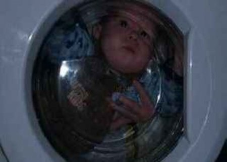 Мати по-звірячому била і закривала 4-річну доньку в пральну машину через нового чоловіка