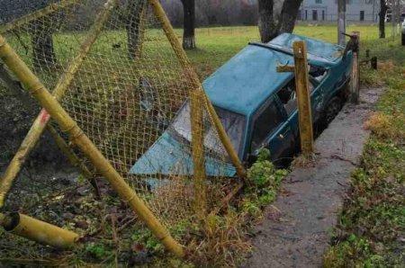 Водій «ВАЗ-21099» збив 13-річну дівчинку та з'їхав у кювет (ФОТО)