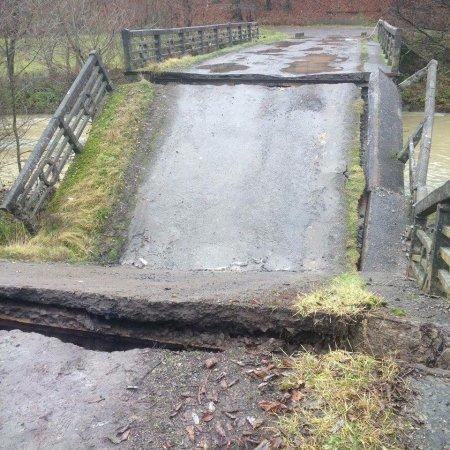 На Закарпатті в одному з сіл обвалився бетонний міст (фото)