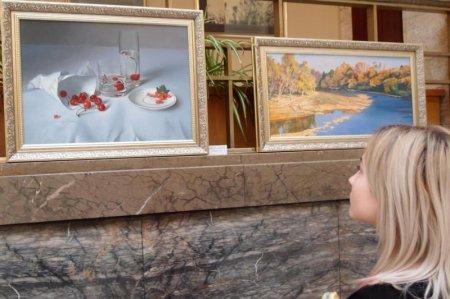 Атріум будівлі Закарпатської держадміністрації прикрасили картинами Анни Ландовської