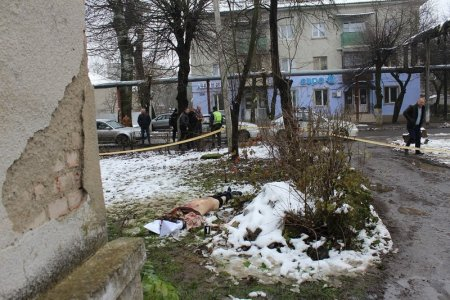 Тіло напівроздягненого чоловіка лежало посеред вулиці: У Чопі жорстоко вбили людину