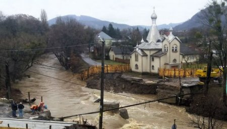 На Закарпатті ще трохи і паводкові води можуть знести церкву