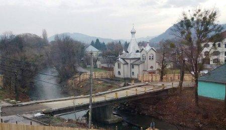 На Закарпатті ще трохи і паводкові води можуть знести церкву - міст вже зруйнований (фото)