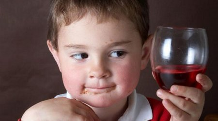 На Закарпатті третьокласник знайшов самогонку і напився