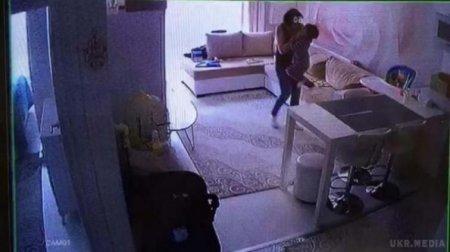 """""""Мама пережила шок"""": камера зафіксувала як няня жорстоко знущалася над грудною дитиною і кидала її об підлогу (відео)"""