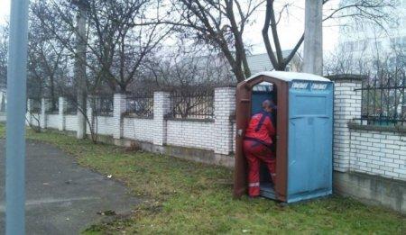 """""""Перебуваючи у вуличному туалеті…"""": Жінка народила дитину і викинула її у вигрібну яму"""