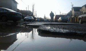 Закарпатські дорожники звітують про відремонтовані дороги, а водії на цих дорогах гублять колеса (фото, відео)