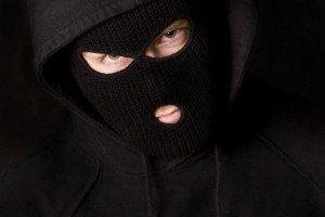 На Закарпатті грабіжники в масках уночі вдерлися у спальню продавця валюти