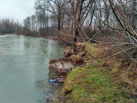 На Тячівщині вода розмила дамби на двох річках
