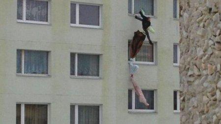 """""""Зв'язав канат з постільної білизни і спробував """"з'їхати"""" по стіні будинку"""": Чоловік загинув, втікаючи від дружини"""