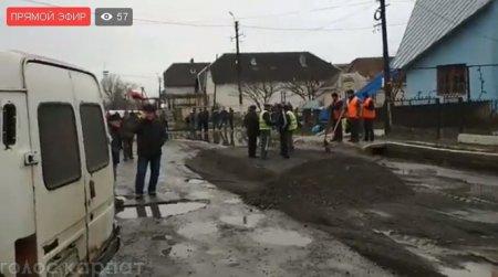 На Виноградівщині вже другий день поспіль люди перекривають дорогу, через незадовільний стан автошляху