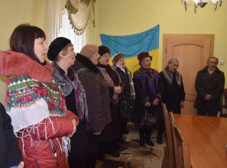 Учасники народного хору ветеранів з колядками завітали до Іршавської міськради (ФОТО)