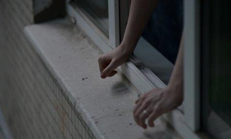 Диво врятувало їй життя: У Мукачеві жінка випала з балкона 5-го поверху