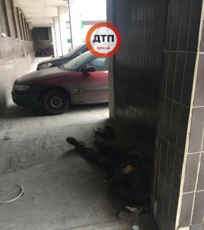 Чоловік, у якого не було коштів на лікування, помер під стінами лікарні (фото)