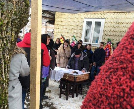 В Дубовому поховали вбиту молоду дівчину – поліція продовжує пошук злочинця